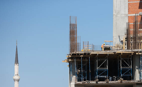 Minarett und Baustelle und Bauarbeiter